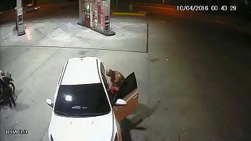 Flagra real gay mamando pau de desconhecido em posto de gasolina