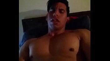 Moreno hetero de pau grande batendo punheta e gozando na cam