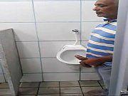Coroas safados tocando uma no banheiro publico