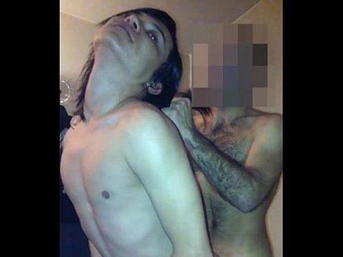 Travesti comendo e dando o cu para o garoto gay