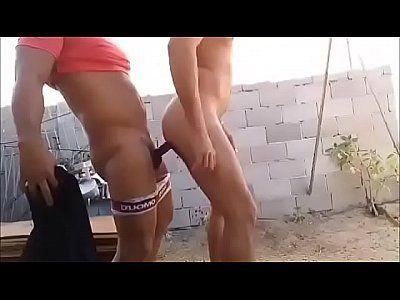 Casal homossexual fazendo sexo no quintal de casa