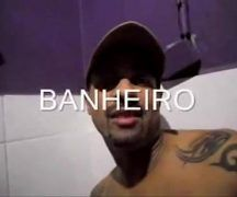 Filmando gay safado pagando boquete em banheiro público