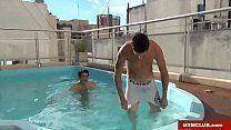 Gays brasileiros tomam banho de piscina e fazem sexo