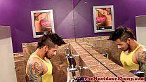 Grupal interracial entre negros e emo no banheiro
