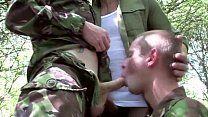 No exército soldados se perdem na mata e fazem sexo