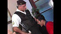 Safado saciando policial de uniforrne no sexo