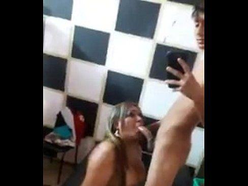 Travesti participando de foda grupal com ninfeta e brasileiro