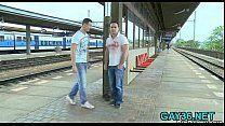 Boys aguardando trem e fazendo sexo em público