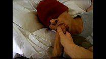 Com venda no rosto safadinho em vídeo amador chupando pau