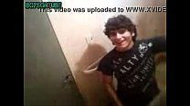 Flagrando amigo gay punhetando em banheiro público