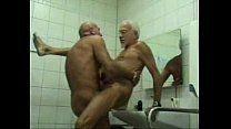 Foda no banheiro entre vovôs homossexuais