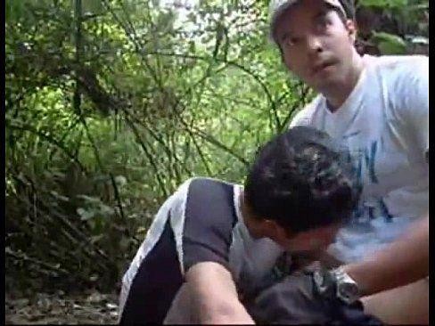 Gays dão parada no meio da floresta e fodem rapidinho