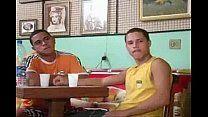 Homossexuais brasileiros conversam e transam após almoço