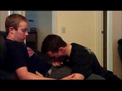 Jovens escondidos de madrugada fazendo porno boquete