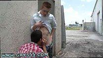 Novinhos no beco sendo filmados por amigo no sexo