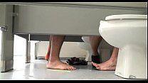 Putaria homossexual entre jovens dentro do banheiro