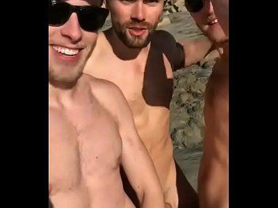 Sexo a três entre amigos novinhos na mata