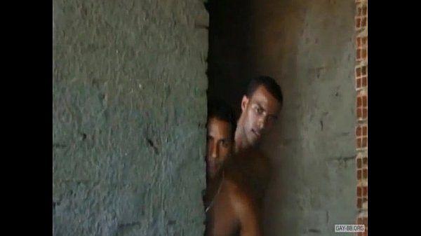 Homossexuais gostosos da favela se pegando e fodendo