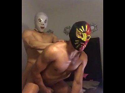 De máscara dotadinho engole rola grande e transa