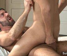 Gay barbudo comendo garotão do rabo magrinho