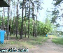 Gostosos novinhos dando uma trepada no acampamento