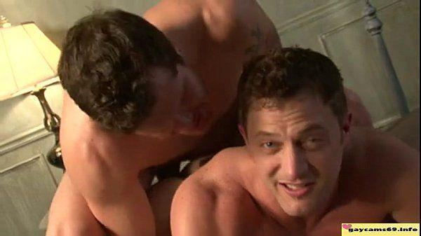Musculosos se beijam e fazem amor com brutalidade