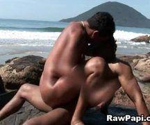 Pescadores brasileiros dando uma trepada nas pedras