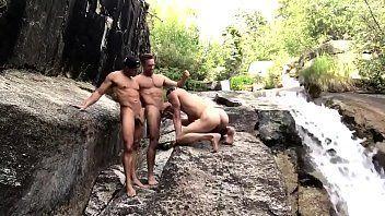 Saradinhos se revesando na foda homossexual até o talo