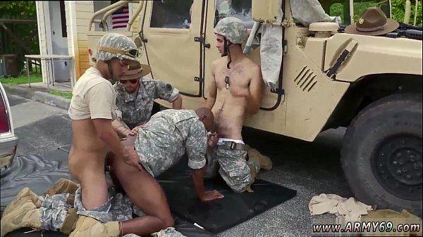 Sexo grupal entre militares no campo de batalha