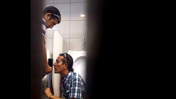 Flagrando chupada gay do safado no banheiro