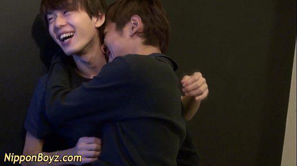 Gays namorados asiáticos se pegando e dando uma