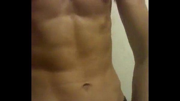 Porno gay macho sarado mostrando sua barriga de tanquinho pros gays